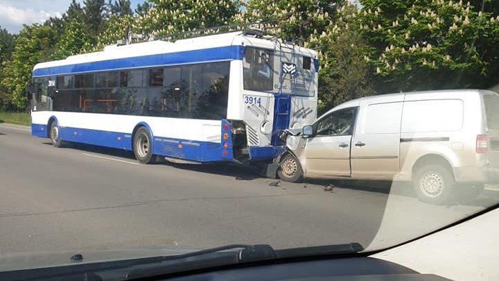 Accident grav cu implicarea unui troleibuz: În transportul public erau pasageri (FOTO/VIDEO)