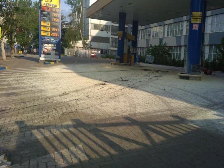 Un taxi a EXPLODAT la o stație PECO din Capitală. Focul a distrus motorul și bancheta din față (FOTO)