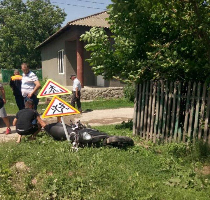Un motociclist fără permis s-a accidentat, după ce a văzut poliţia de patrulare şi a accelerat (FOTO)