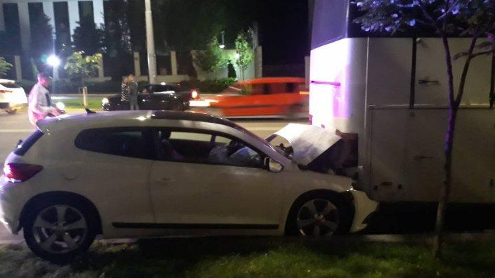 ACCIDENT în Capitală. Un tânăr a intrat cu maşina într-un autocar parcat