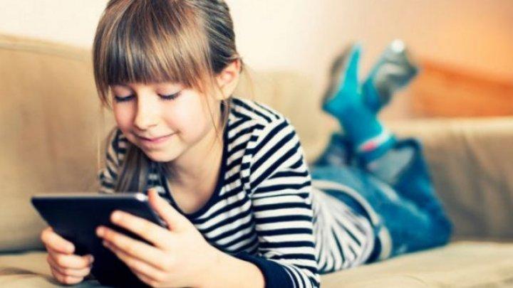 STUDIU: Copiii care petrec mult timp în faţa ecranelor riscă să sufere de insomnie şi depresie