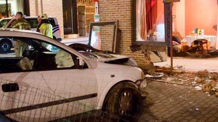 A rămas fără cuvinte! O tânără s-a trezit cu o maşină în casă şi cu un perete complet distrus (FOTO)