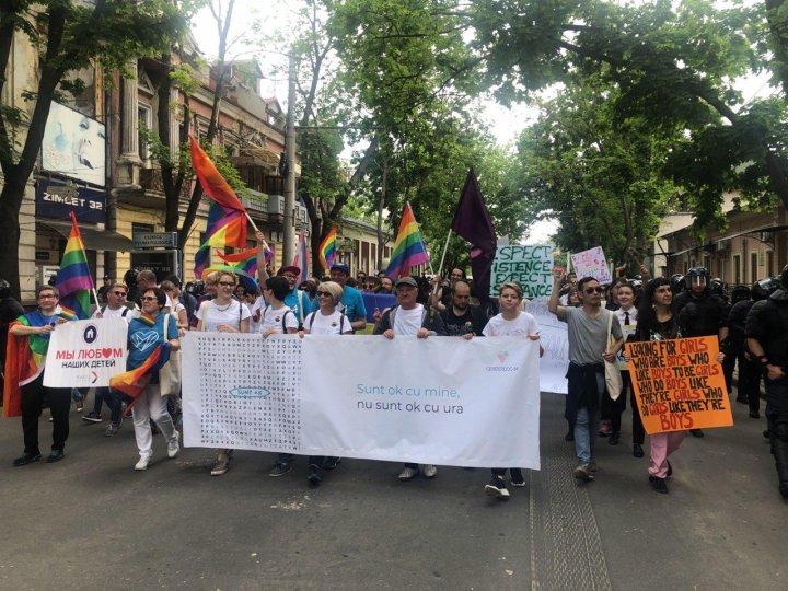 La Chişinău se desfăşoară marşul LGBT. Polițiștii şi carabinierii asigură ordinea publică (VIDEO/FOTO)