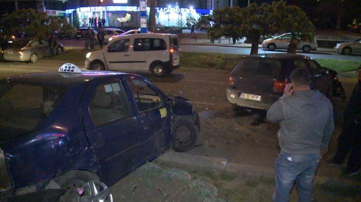 ACCIDENT în Capitală. Un şofer a sărit cu mașina peste bordură, iar un alt automobil a fost proiectat în copac (VIDEO/FOTO)