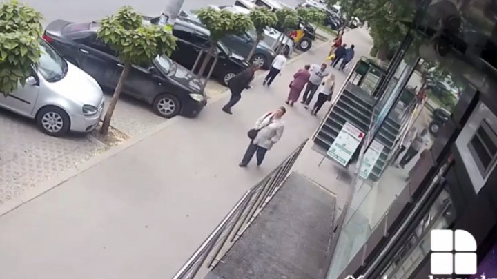 Cine este bărbatul care A LOVIT cu PUMNII două femei pe o stradă din Capitală (VIDEO CU IMPACT EMOŢIONAL)