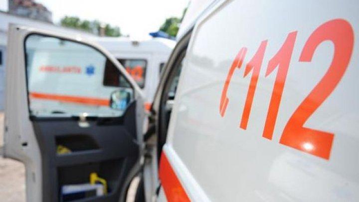 Accident în Bacău, între o maşină şi un microbuz: 16 persoane, rănite