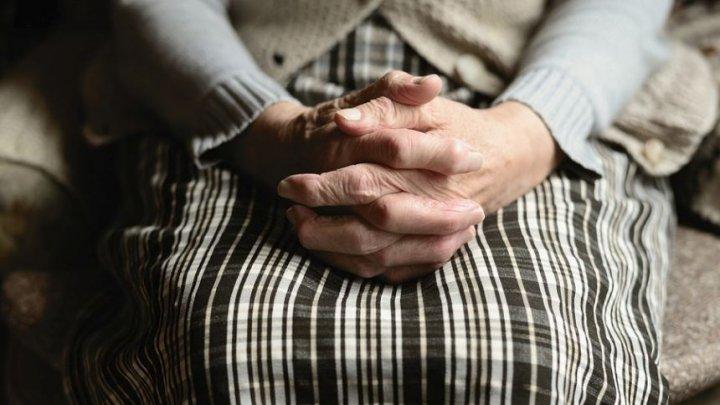 BANII, BATĂ-I VINA! O bătrână şi-a iertat violatorul în schimbul a câtorva MII DE EURO
