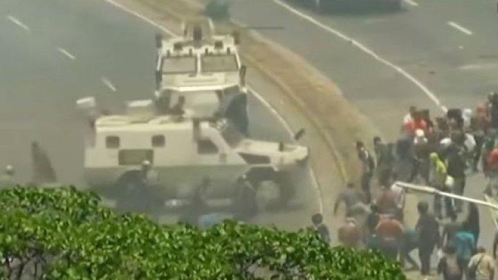 Proteste VIOLENTE în Venezuela. Momentul în care un vehicul blindat intră în mulțime (VIDEO)