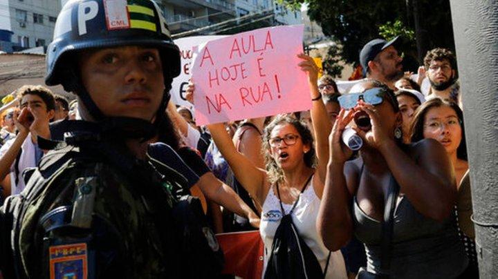 Manifestaţii de amploare în Brazilia. Studenții sunt împotriva tăierilor bugetare