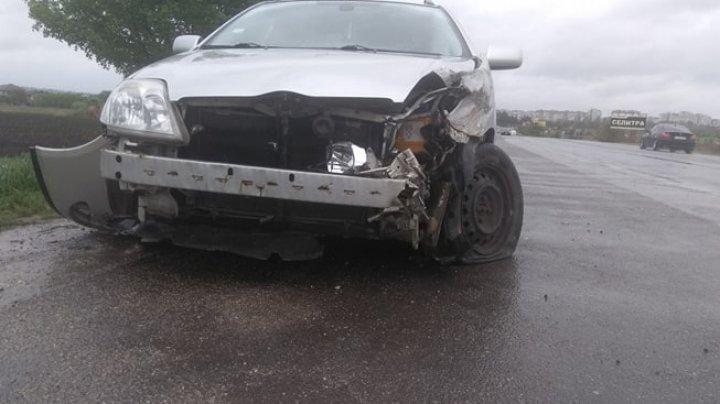 ACCIDENT VIOLENT la ieșirea din Bălți. Un TIR a derapat de pe carosabil, după ce s-a lovit cu o maşină (FOTO)