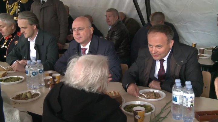Andrian Candu și Pavel Filip, așa cum nu i-ai mai văzut. Stau la masă cu veteranii și mănâncă terci ostășesc (FOTO)