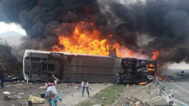 IMAGINI CA DIN INFERN. 23 de pelerini au ars de vii, iar 30 au fost răniţi după ce autocarul lor s-a ciocnit cu un camion şi a luat foc