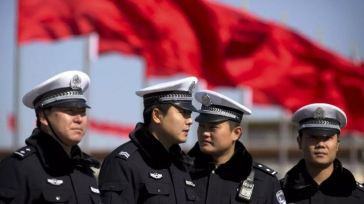 Poliţia chineză foloseşte o aplicaţie mobilă pentru a stoca date despre etnicii uiguri musulmani