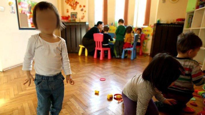 Copiii de la o creşă din România, umiliţi şi obligaţi să se spele cu apă din toaletă. Reacţia părinţilor