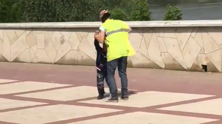 Un copil, bătut în plină stradă de către mama sa. Imagini VIDEO cu impact emoţional