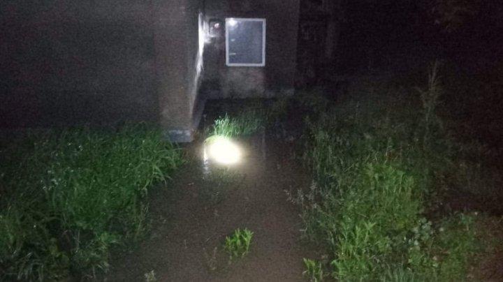 TABLOU SUMBRU în ţară în urma ploilor: Case inundate, drumuri deteriorate, copaci doborâţi şi lacuri revărsate (FOTO)