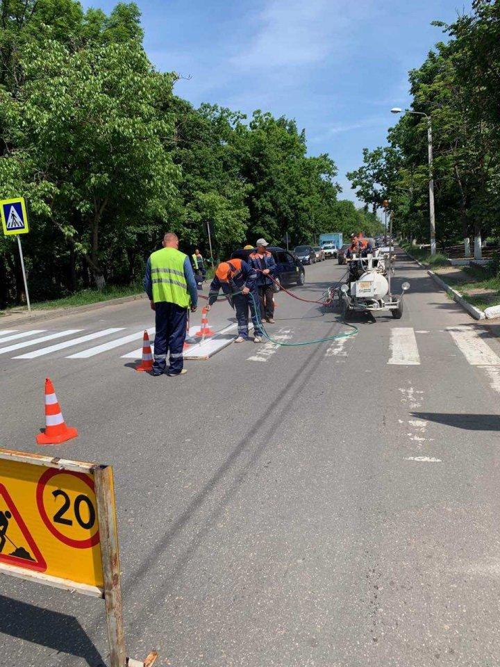 Lucrările de aplicare a marcajului rutier pe străzile din Chișinău sunt în toi. Vor fi de TREI culori (FOTO)