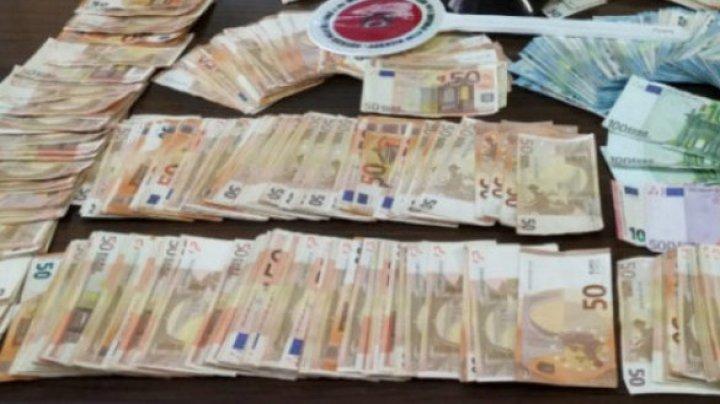 Poliţia a rămas ULUITĂ. Un bărbat se plimba cu peste un milion de euro în maşină (VIDEO)