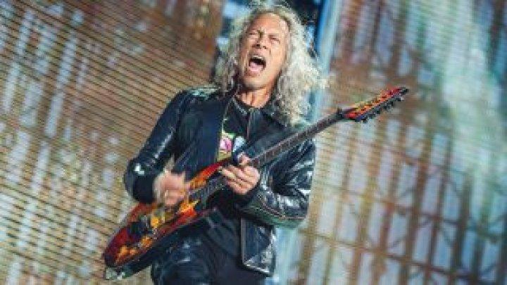 Momentul în care chitaristul din Metallica A CĂZUT de pe scenă, în timpul unui SOLO