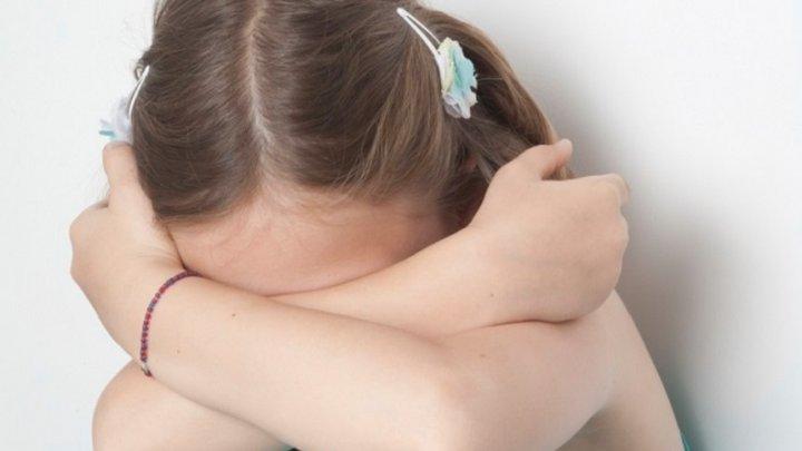 GEST TERIBIL. O mamă a permis unui pedofil să-i VIOLEZE FIICELE dacă acesta se va căsători cu ea
