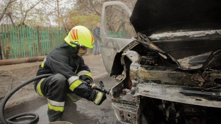 Pompierii, ÎN ALERTĂ. Mai multe maşini, CUPRINSE DE FLĂCĂRI în Capitală
