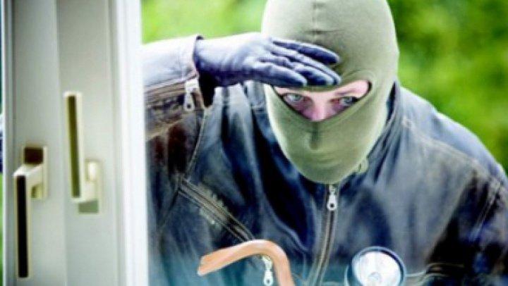 JAF LA BĂLȚI. Hoții au furat aproape jumătate de milion de lei dintr-un apartament