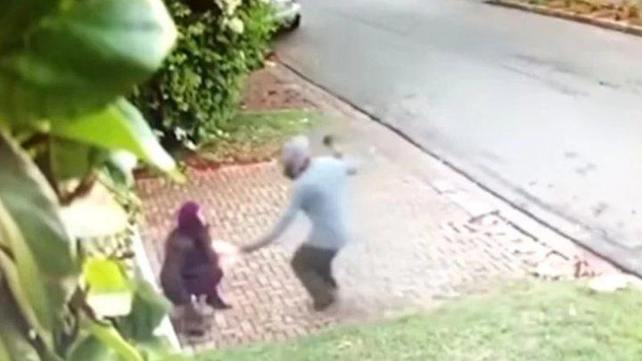 REACŢIA unei femei după ce a fost jefuită pe stradă. Ce a făcut pentru a-și recupera geanta (IMAGINI VIRALE)