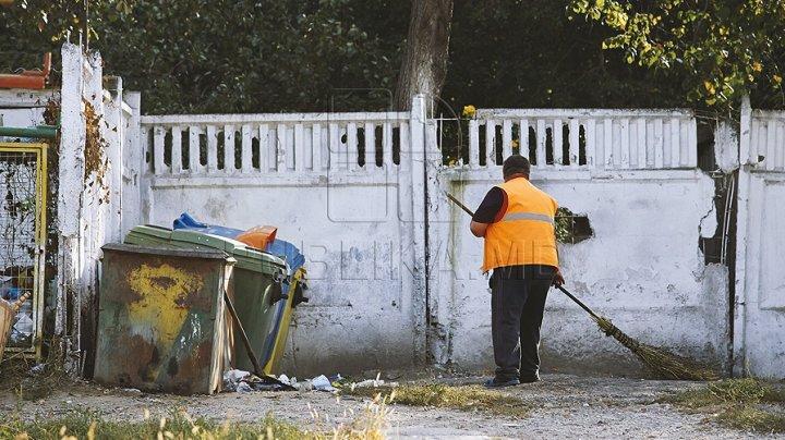 """Locatarii a trei blocuri din Capitală, nevoiţi să ducă gunoiul la vecini: """"Deja ne-am obişnuit"""""""