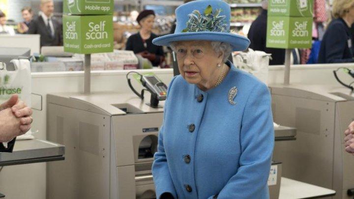 Regina Elisabeta a II-a, la supermarket. A fost interesată dacă automatele de plătit pot fi înșelate