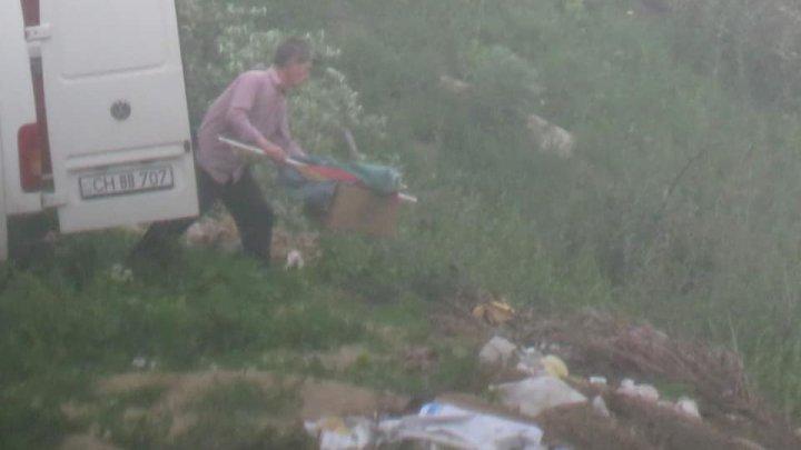 Amendă usturătoare pentru un bărbat din raionul Cahul care a aruncat mai multe deşeuri într-un loc interzis