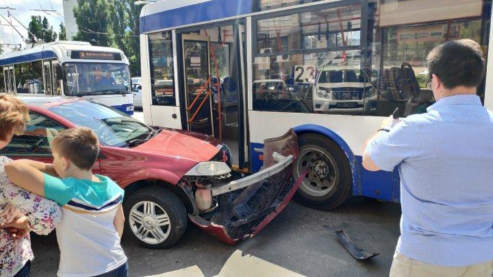 Accident cu implicarea unui troleibuz în Capitală. În apropiere s-a creat ambuteiaj (FOTO)
