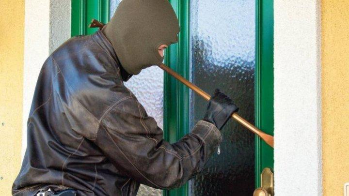 Un bărbat a dat buzna în casa unei femei din satul Cârnățeni. A furat mai multe bunuri. Poliția caută făptașul