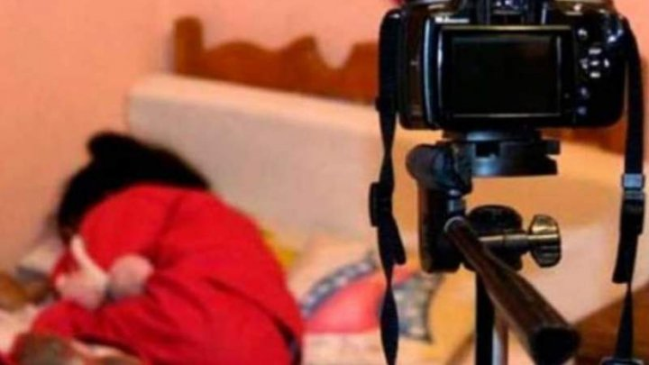 O mamă și-a violat copiii de 3 și 7 ani, pe videochat! Câţi bani primea