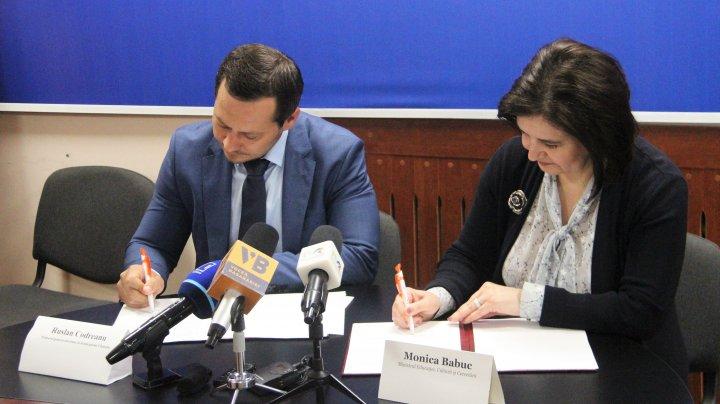 Monica Babuc şi Ruslan Codreanu au semnat Acordul de Parteneriat privind dezvoltarea centrelor de tineret din Chișinău