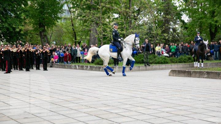 PARADĂ INEDITĂ în centrul Capitalei de 9 Mai. CAII au defilat pe ritmurile muzicii lui Eugen Doga (FOTOREPORT / VIDEO)