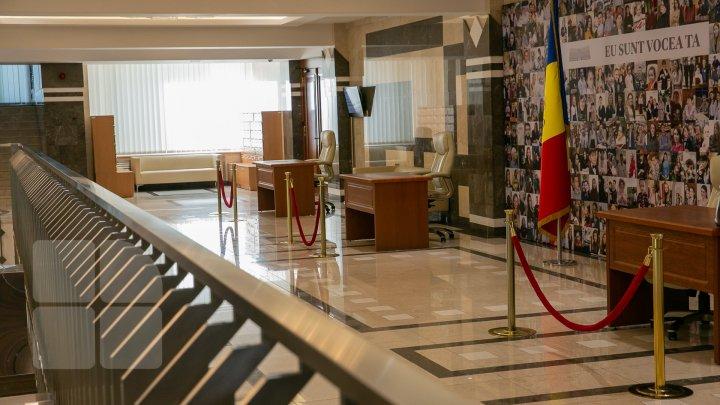 Ziua uşilor deschise la Parlament. Oamenii au venit să vadă unde lucrează deputaţii şi le-au sugerat să lase orgoliile (FOTO)