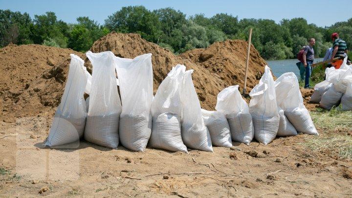 Risc de inundaţii: 7.500 de saci cu nisip au fost instalaţi pe digul de 3 kilometri de la Crocmaz (FOTOREPORT)