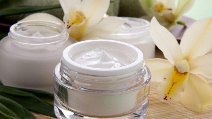 Cum să faci acasă o loțiune de față naturală pentru pielea foarte uscată
