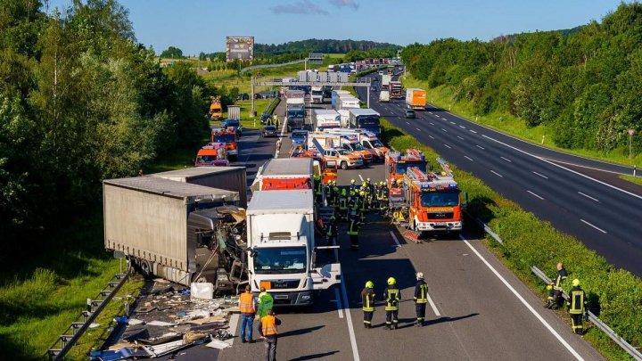 IMAGINI DRAMATICE în urma unui ACCIDENT CU VICTIME produs în Germania. 10 de pompieri au intervenit la faţa locului