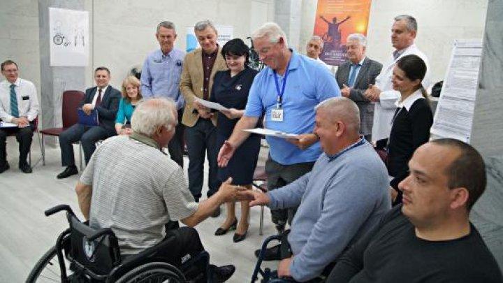 Peste O MIE de persoane cu dizabilități vor beneficia de scaune cu rotile gratuite