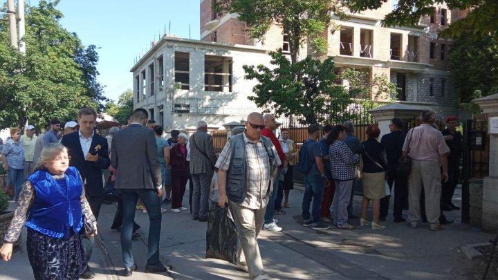 Românii din Republica Moldova au făcut cozi de dimineață la secțiile de vot (FOTO/VIDEO)