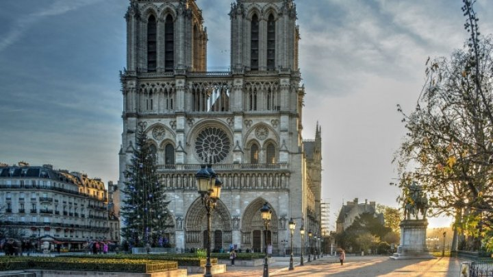 Scriitorul britanic Ken Follett va publica un text inedit despre Notre-Dame