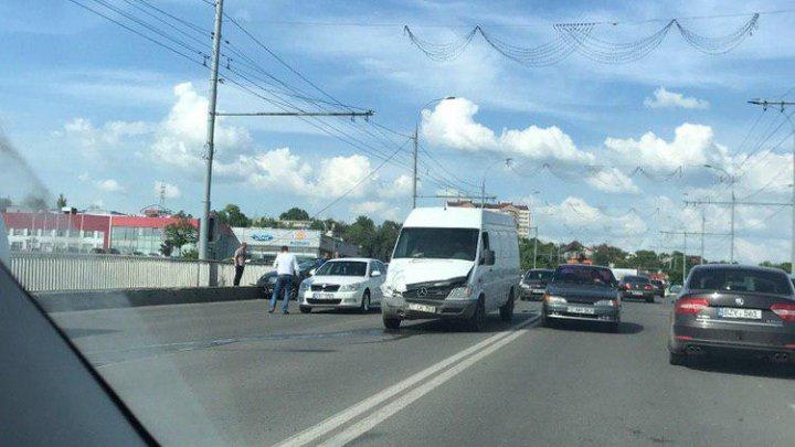 Accident pe strada Mihai Viteazul din Capitală. Două mașini s-au ciocnit violent (FOTO)