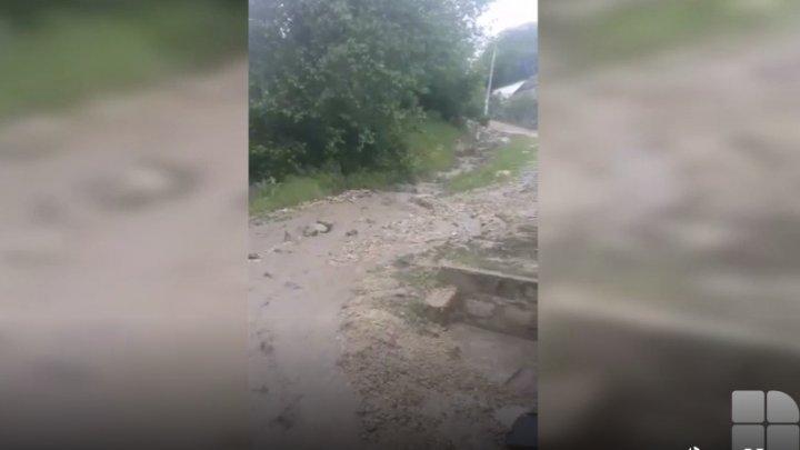 POTOP în nordul ţării. În raionul Rezina, mai multe gospodării au fost inundate, iar la Şoldăneşti a plouat cu GRINDINĂ (VIDEO)