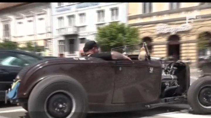 Doi suedezi au călătorit 20 de mii de kilometri în jurul Europei cu o maşină de epocă