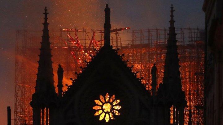 Pompierii care au stins incendiul de la Notre-Dame, învinuiţi de viol în grup. Unde s-ar fi petrecut scenele oribile