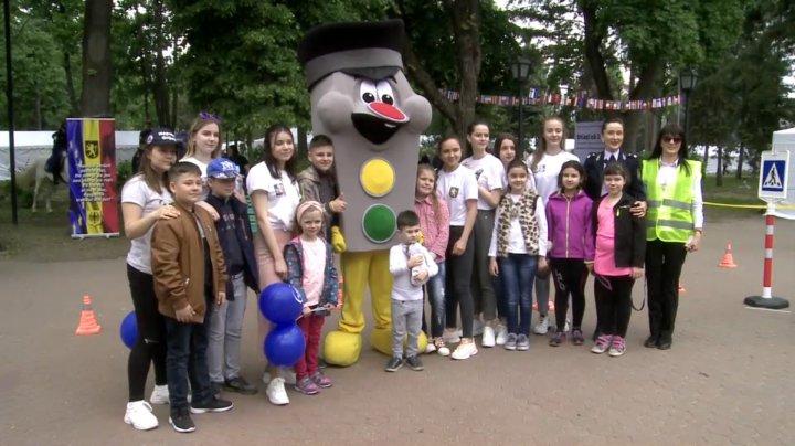 LECŢII DE EDUCAŢIE RUTIERĂ: Zeci de copii au învăţat cum să traverseze corect strada