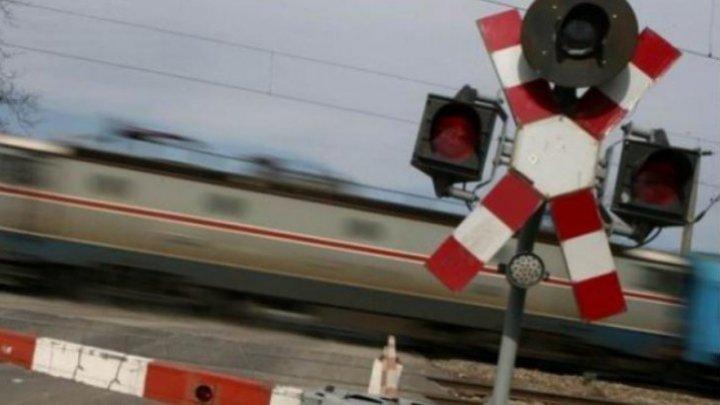 LA UN PAS DE TRAGEDIE. Un motociclist a scăpat ca prin minune, după ce un tren a trecut la câţiva centimetri de el (VIDEO)
