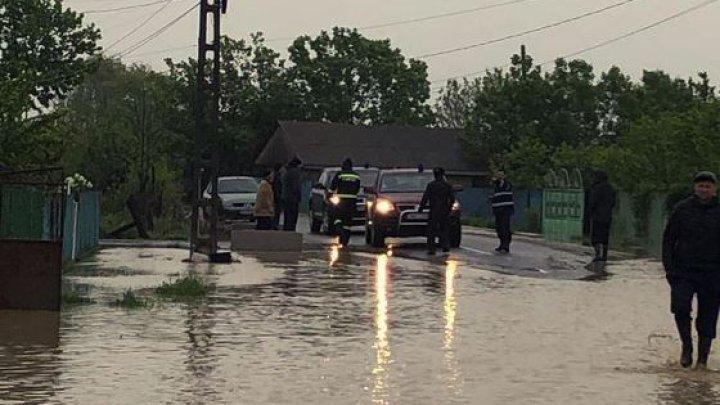 VREMEA REA a pus stăpânire pe România. Gospodării inundate, localități fără lumină și drumuri distruse