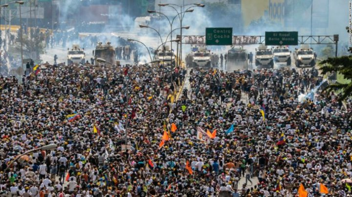 VIOLENŢE de Ziua Muncii. În Venezuela, Franţa şi Rusia s-au produs ciocniri grave între civili